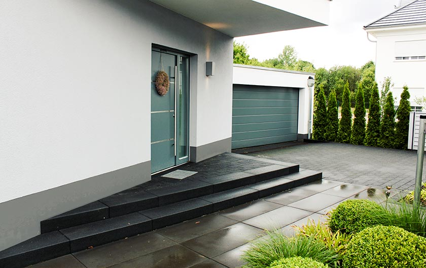 Eingangsbereich und Garagenzufahrt