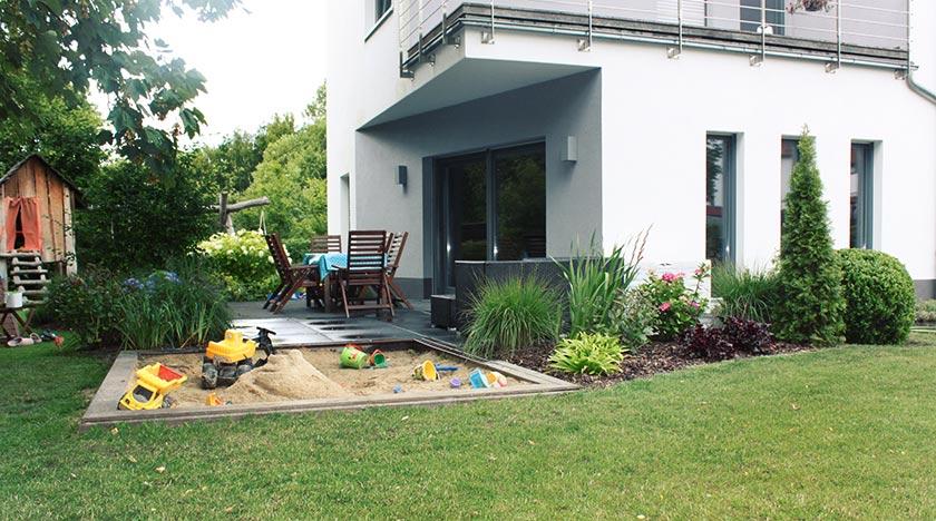 Terrasse aus grossformatigen Betonplatten